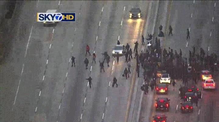 Enlace a Manifestantes cortando una carretera