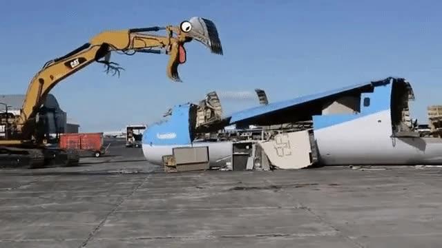 Enlace a La cara de una grúa hambrienta mientras se come un avión