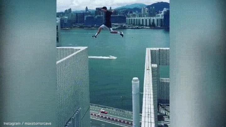 Enlace a Max Cave saltando entre dos edificions de Hong Kong
