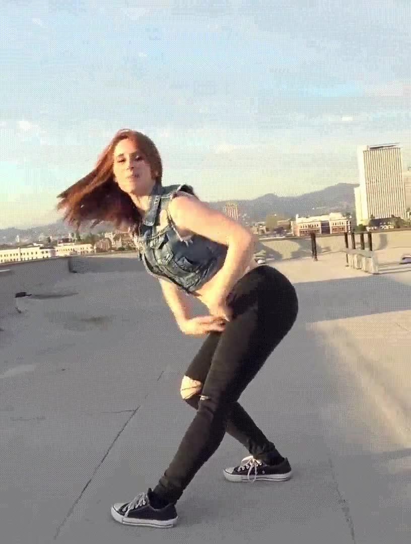 Enlace a Bailando de forma sugerente en la terraza de casa