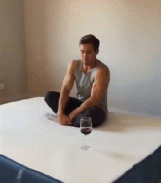 Enlace a La forma más efectiva de sentarse sin derramar una copa de vino