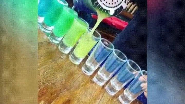 Enlace a Sirviendo bebidas de distinto color con el mismo recipiente