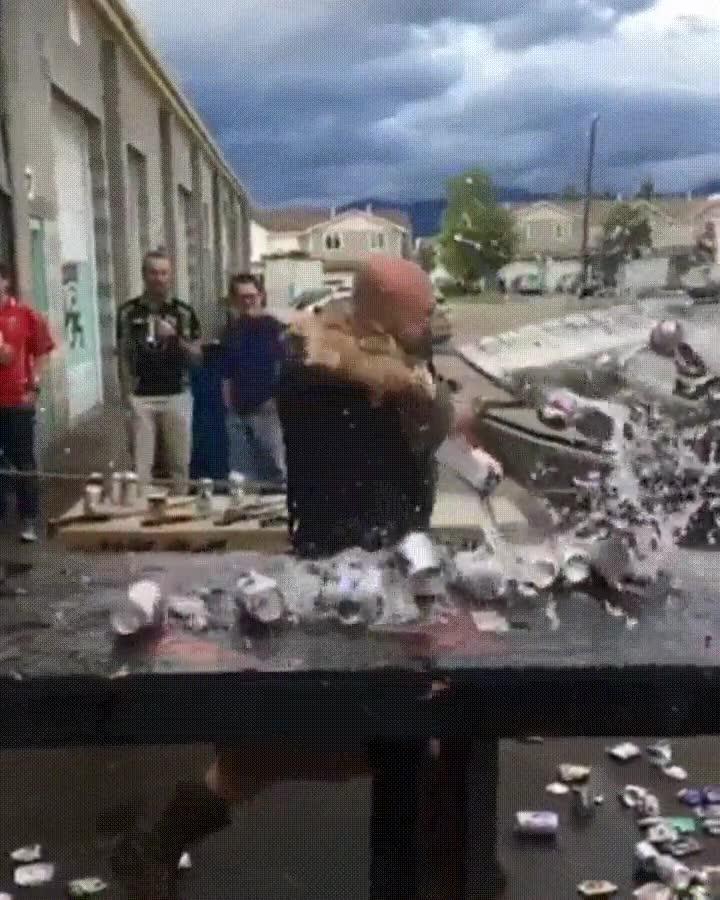 Enlace a Vikingo partiendo en dos una hilera de latas con su hacha