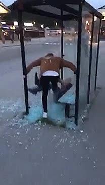 Enlace a Y así es como dos borrachos destrozan el mobiliario urbano