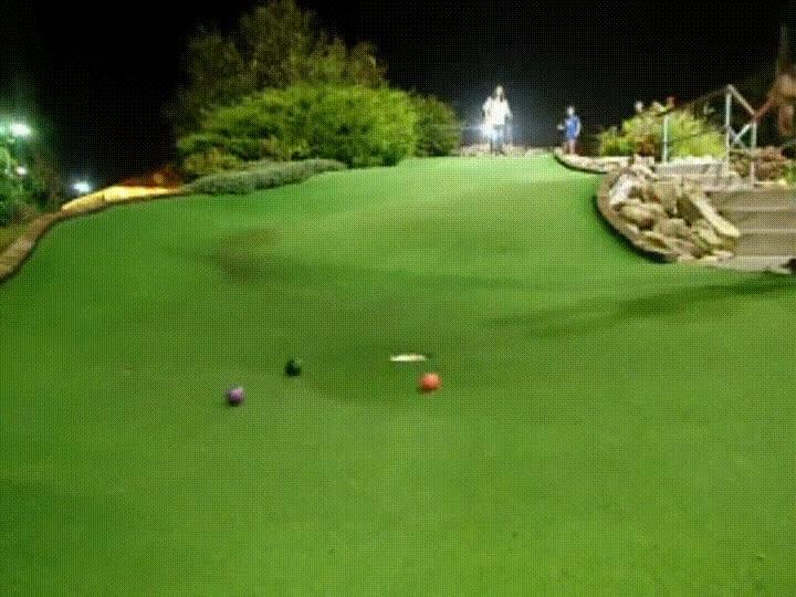 Enlace a Cuando juegas a Mini Golf y haces magia sin querer