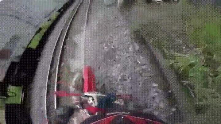 Enlace a La mejor forma de evitar que te arrolle un tren cuando vas en moto