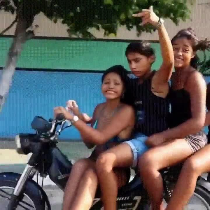 Enlace a Lo que suele pasar cuando llevas a tres chicas en una moto