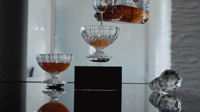 Enlace a Copa de whiskey levitando gracias al magnetismo
