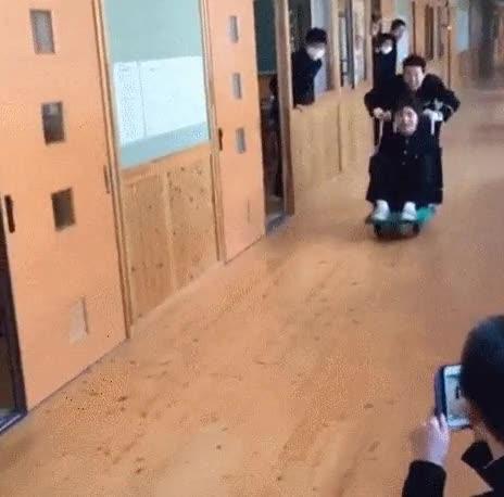 Enlace a Lo más estúpido que puedes hacer en el pasillo del instituto
