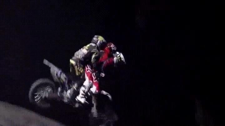 Enlace a Haciendo un backflip con tres personas encima de la moto