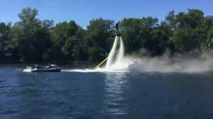 Enlace a Utilizando un flyboard para extinguir las llamas