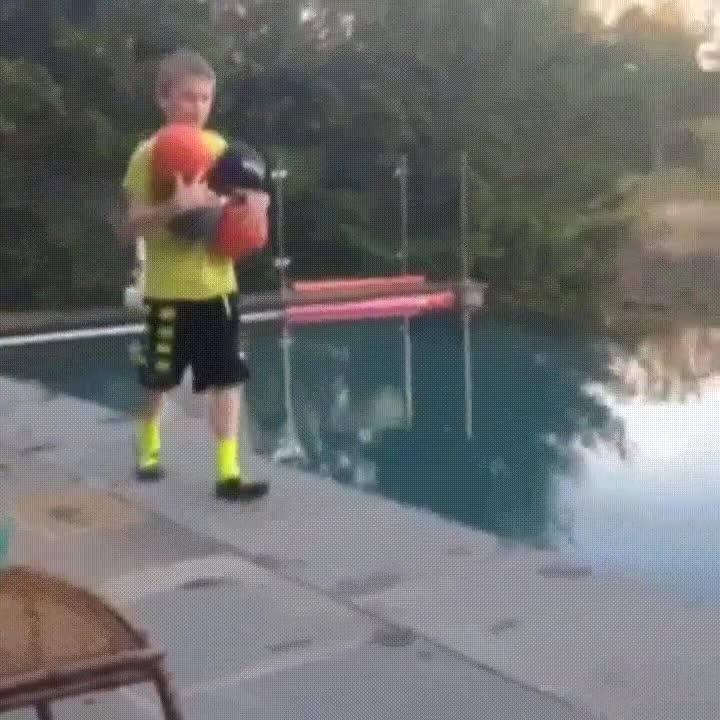 Enlace a Nunca pases desprevenido por el borde de una piscina