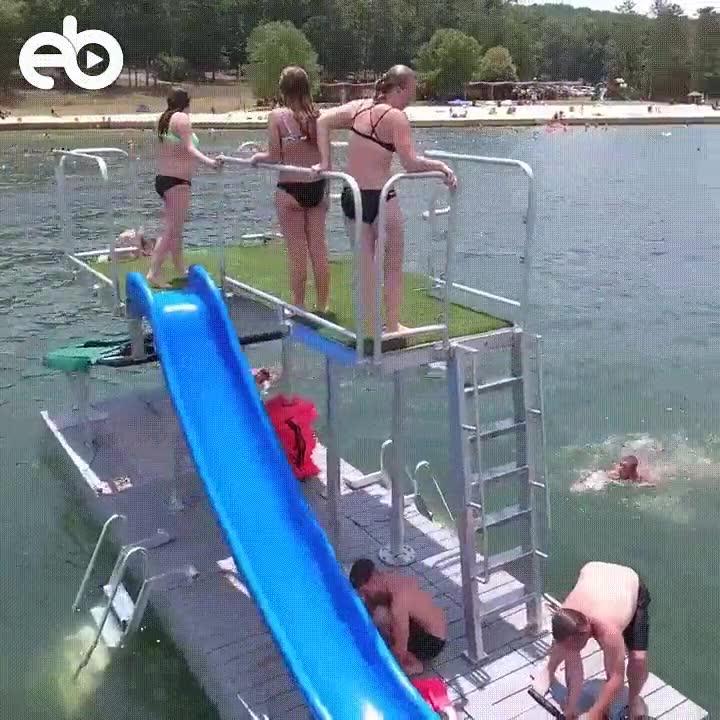Enlace a Una plataforma llena de diversión en medio del mar