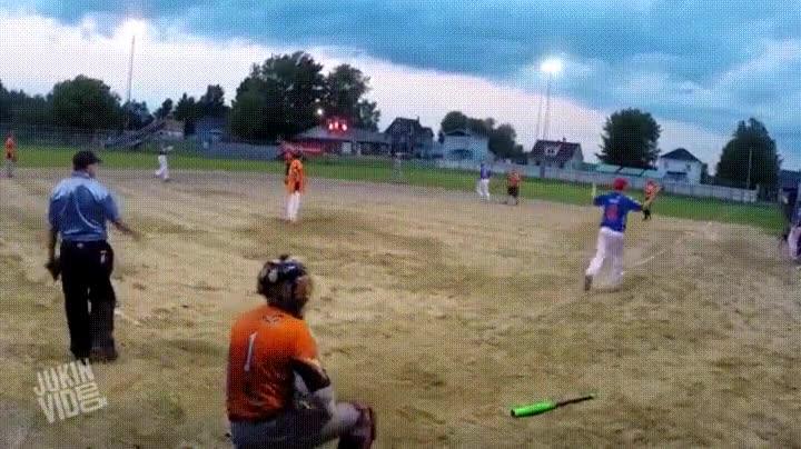 Enlace a Logrando un home run con un golpe de espaldas