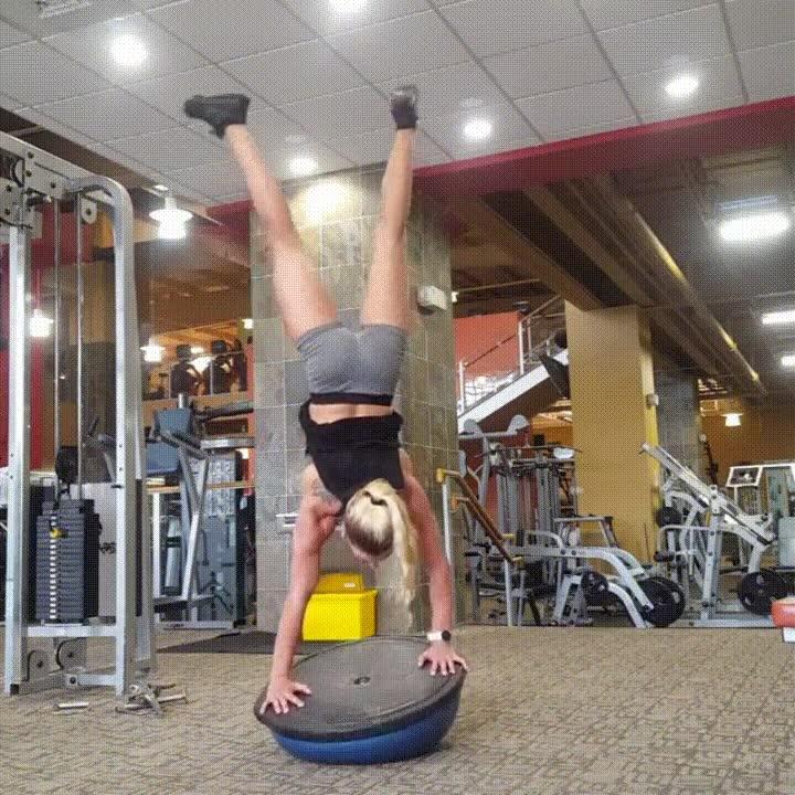 Enlace a Entrenando con la bola de gimnasio Bosu