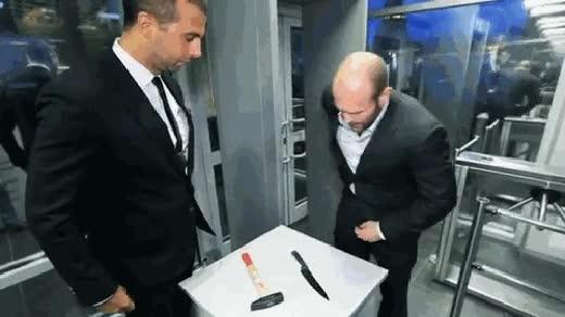 Enlace a Lo que le pasa a Jason Statham cuando pasa por el detector de metales