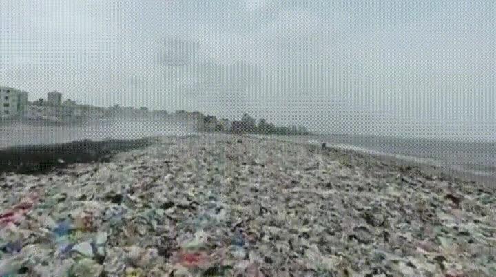 Enlace a Playa de Versova con más de 2 millones de kilos de basura. Lamentable