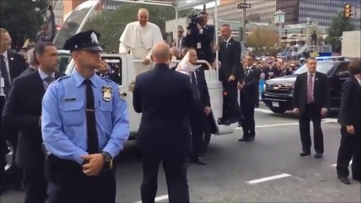 Enlace a El momento exacto en el que el Papa conoce al MiniPapa