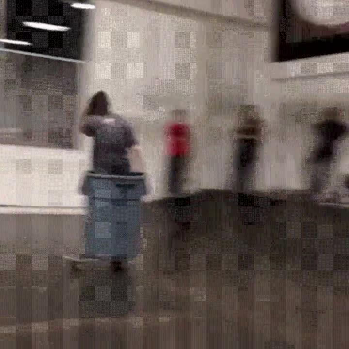 Enlace a El mejor truco de skate que puedes hacer dentro de un cubo de basura