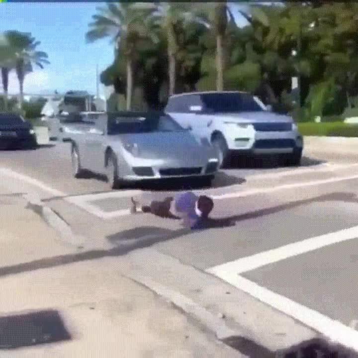 Enlace a Haciendo flexiones de la forma más hardcore en una carretera