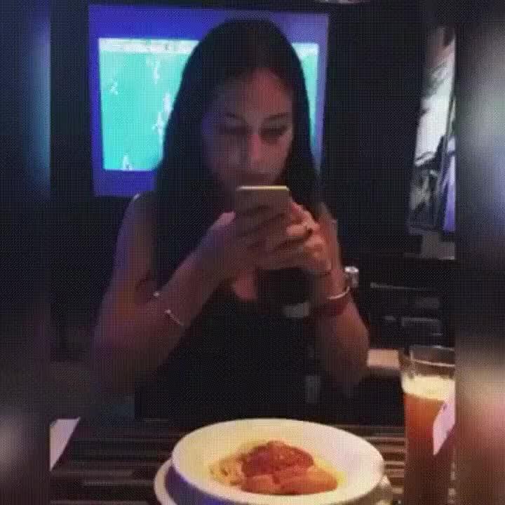 Enlace a Cómo estropear la noche a los pesados que suben fotos de comida a Instagram