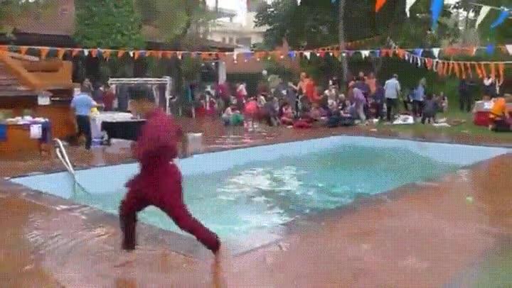 Enlace a Lo peor que puede pasar cuando invitas a tus amigos a una fiesta en tu piscina
