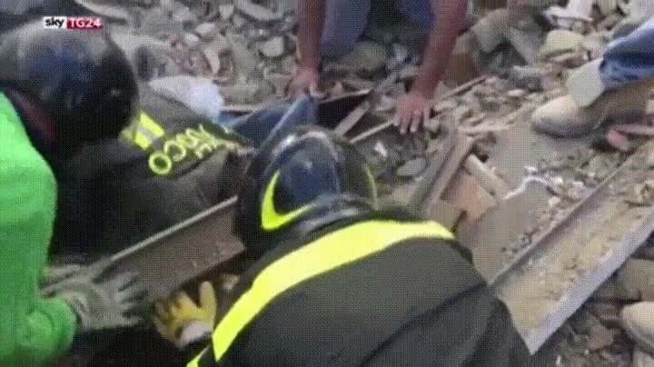 Enlace a Momento en el que salvan a una niña pequeña después del trágico terremoto de Italia
