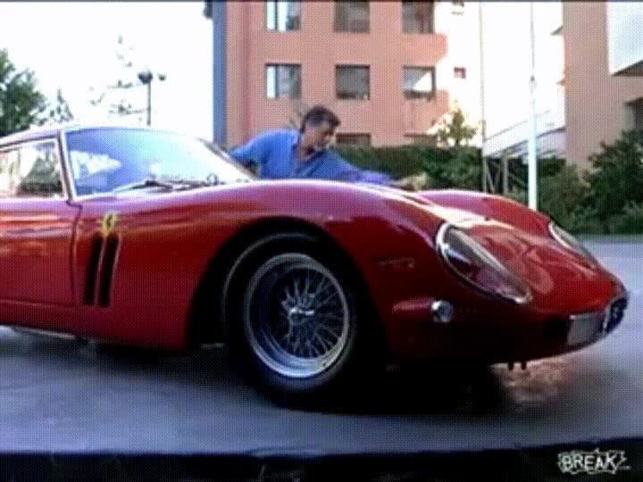 Enlace a Roban el Ferrari de un hombre mientras lo está lavando