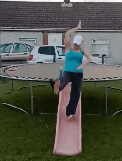 Enlace a La peor forma de bajar por un trampolín
