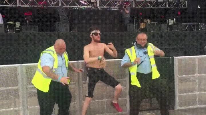 Enlace a Cuando la música es tan buena que hasta los de seguridad se marcan unos bailes