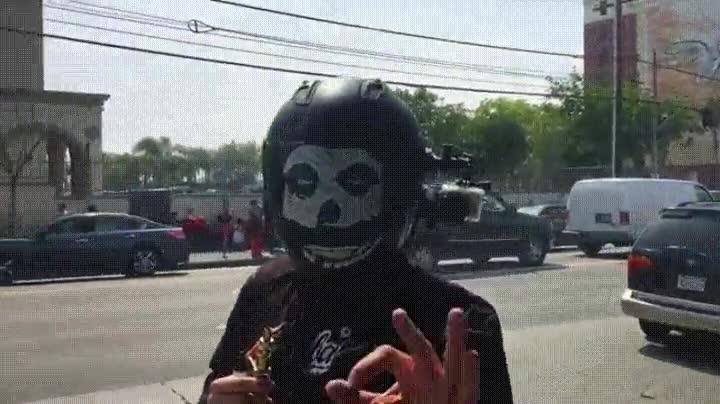 Enlace a Ya puedes cometer la estupidez de fumar mientras llevas el casco de moto puesto