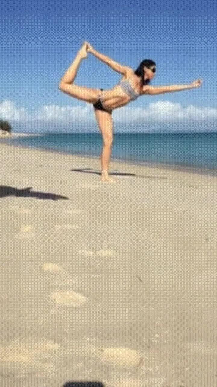 Enlace a Si haces Yoga en la playa puedes atraer a todo tipo de animales