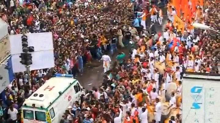 Enlace a Público de un festival en India dejando paso a una ambulancia