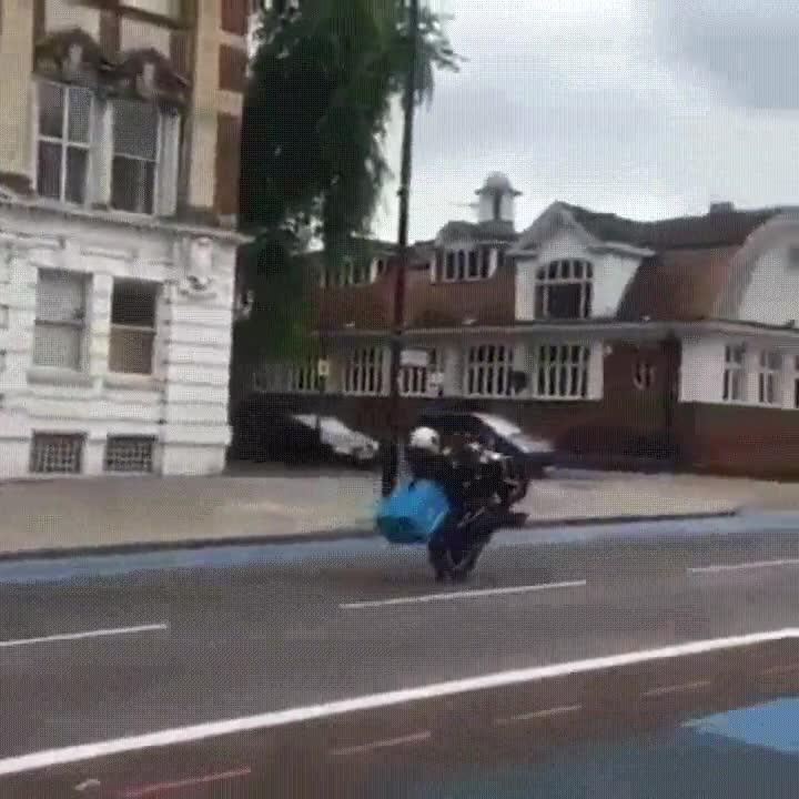 Enlace a Los repartidores de pizza cada vez tienen más habilidad con la moto