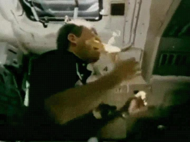 Enlace a La única forma de comerse un plátano en el espacio