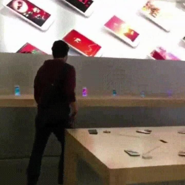 Enlace a La típica tarde en la Apple Store en la que rompes iPhones con una piedra