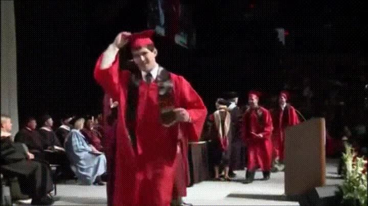 Enlace a Este gif resume lo que ha sido mi vida después de graduarme