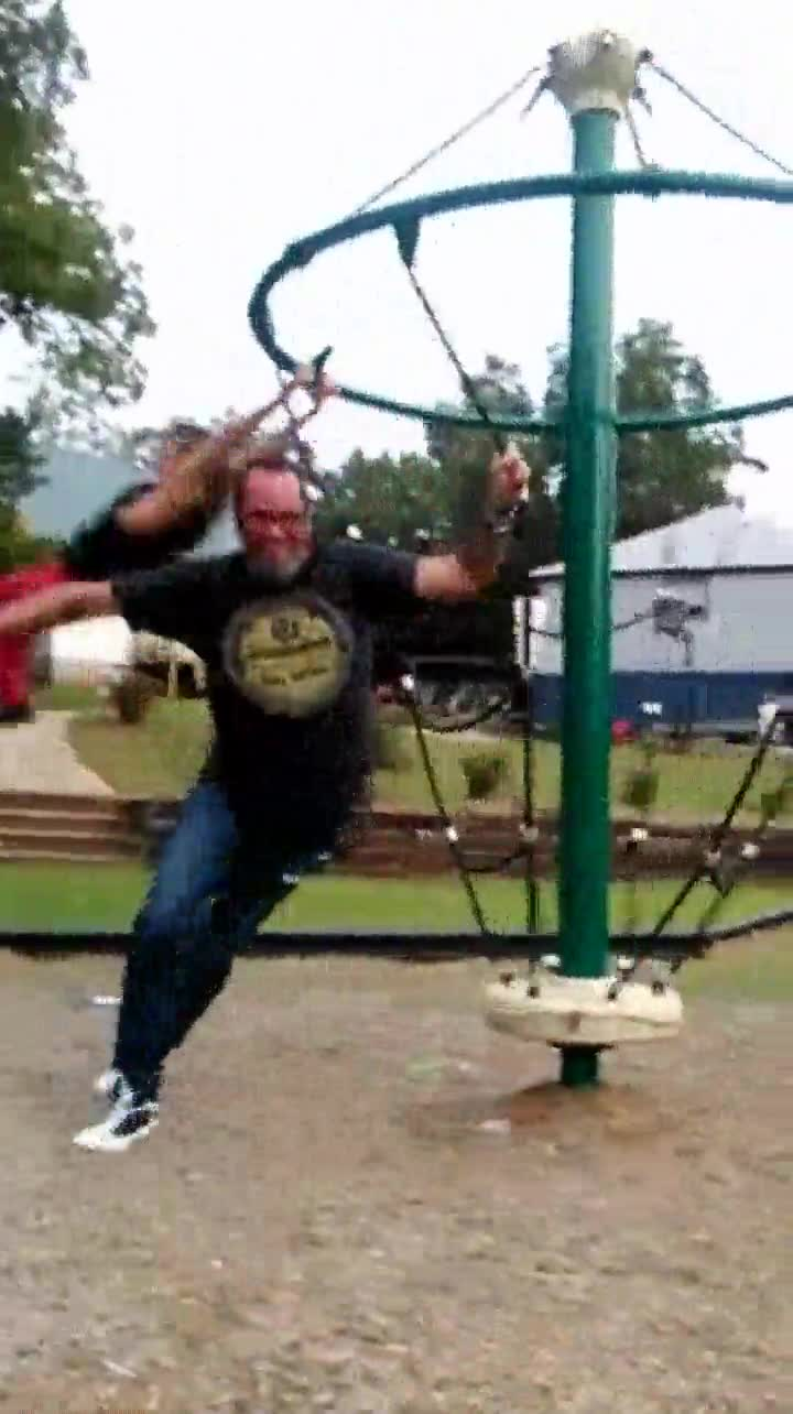 Enlace a Lo que suele pasar cuando los adultos juegan en el parque para niños