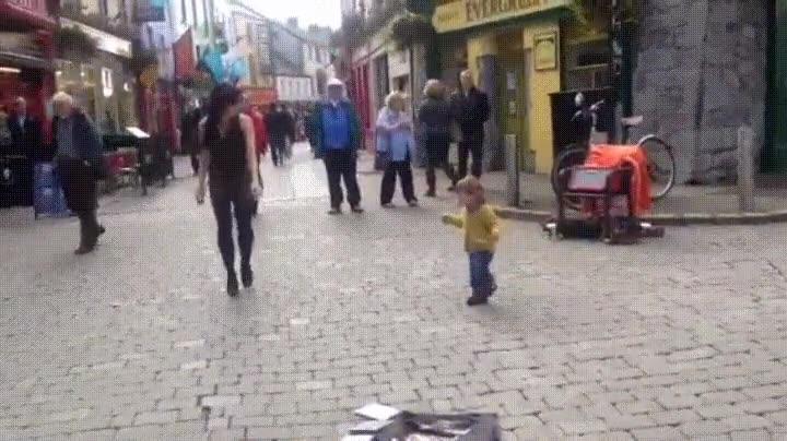 Enlace a Niño de dos años introduciéndose en la danza irlandesa