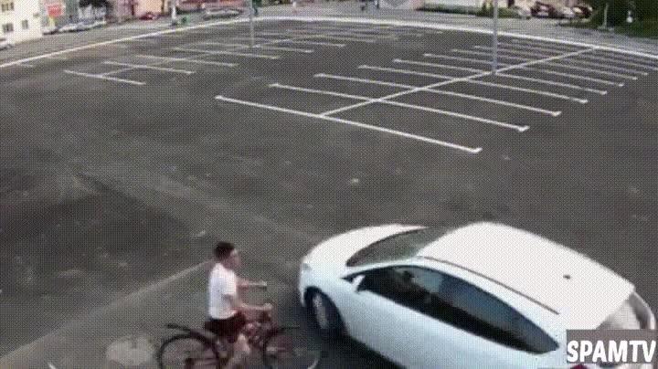 Enlace a Lo que pasa cuando un coche y una bici deciden aparcar en el mismo lugar de un párking vacío