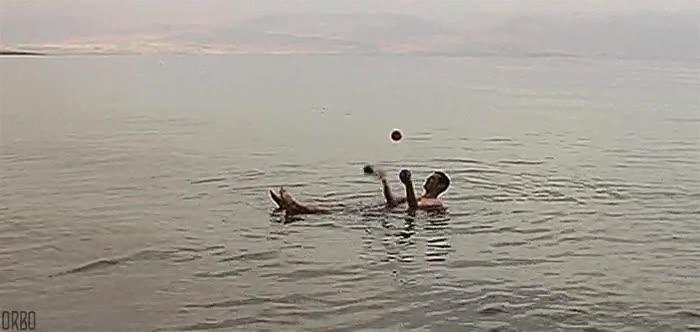 Enlace a Haciendo malabares en el mar muerto