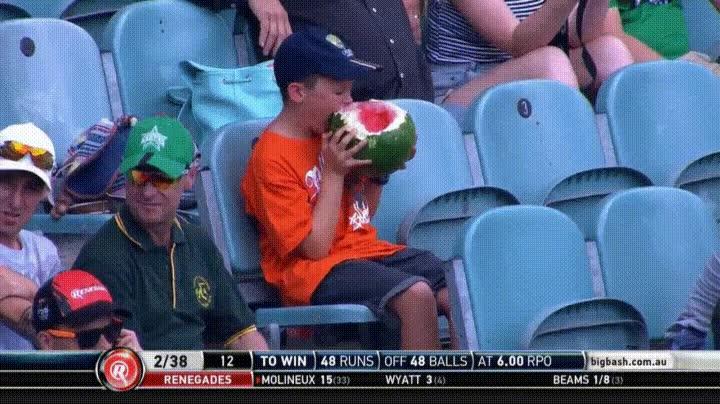 Enlace a Niño comiéndose una sandía en un partido de baseball en plan psicópata