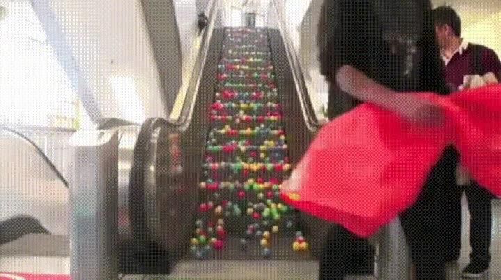 Enlace a El típico trolleo en el centro comercial para que nadie pueda subir por las escaleras