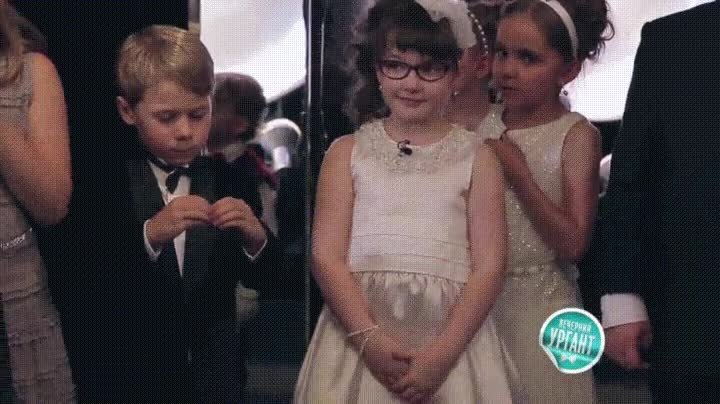 Enlace a Adorable niño con serios problemas para aprender a aplaudir