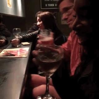 Enlace a Una buena forma de ir solo a un bar y no sentirte un loser