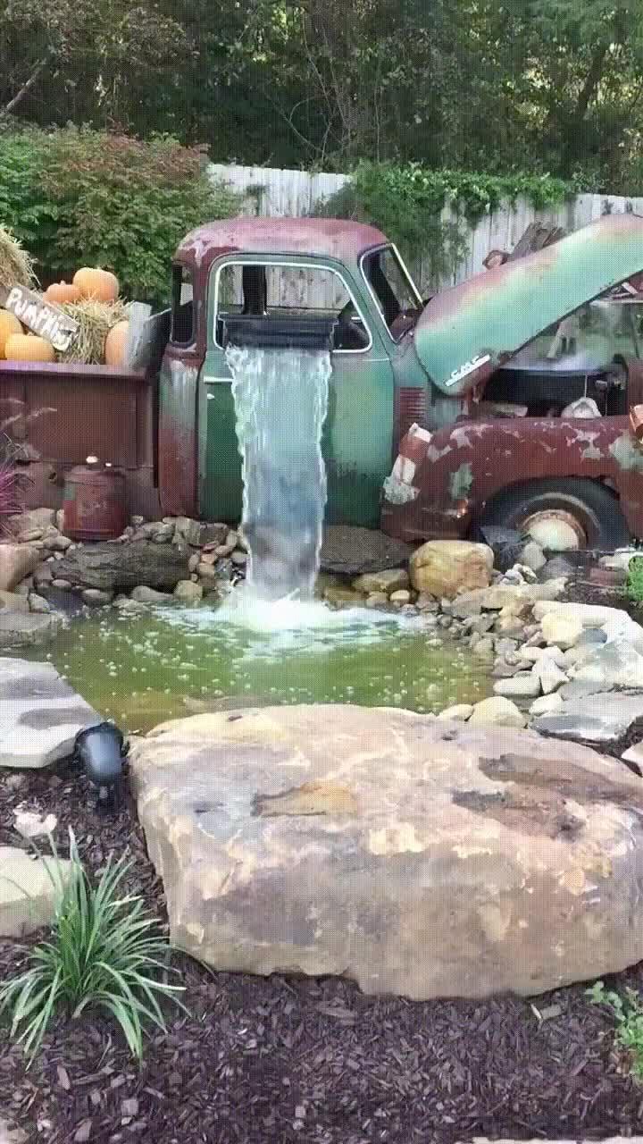 Enlace a Cuando decides transformar tu viejo coche en una cascada para el jardín
