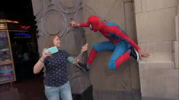 Enlace a Andrew Garfield utilizando su disfraz de Spiderman para ligar