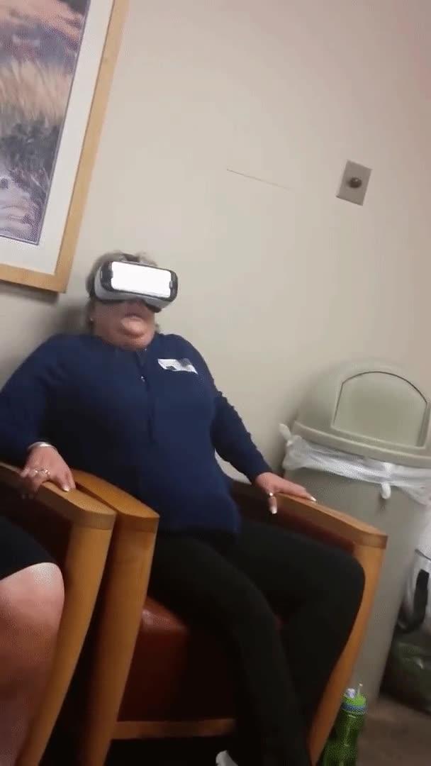 Enlace a Marido preguntándose qué es está viendo su mujer con la Realidad Virtual