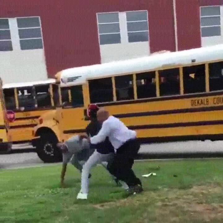 Enlace a Profesor evitando una pelea entre dos alumnos. Un héroe