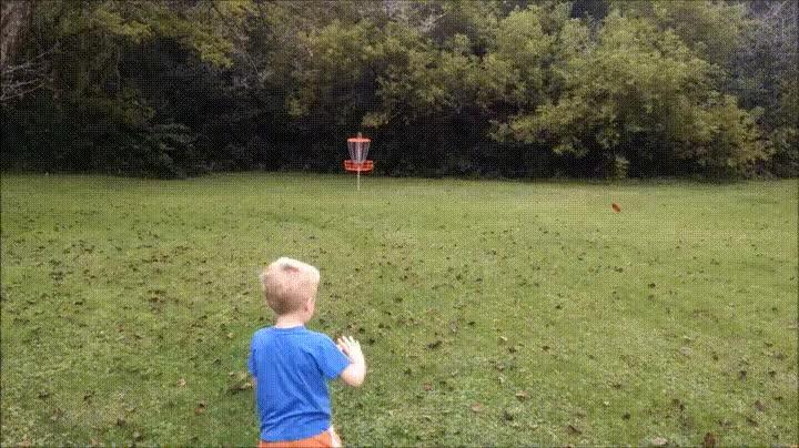 Enlace a Niño clavando un lanzamiento perfecto